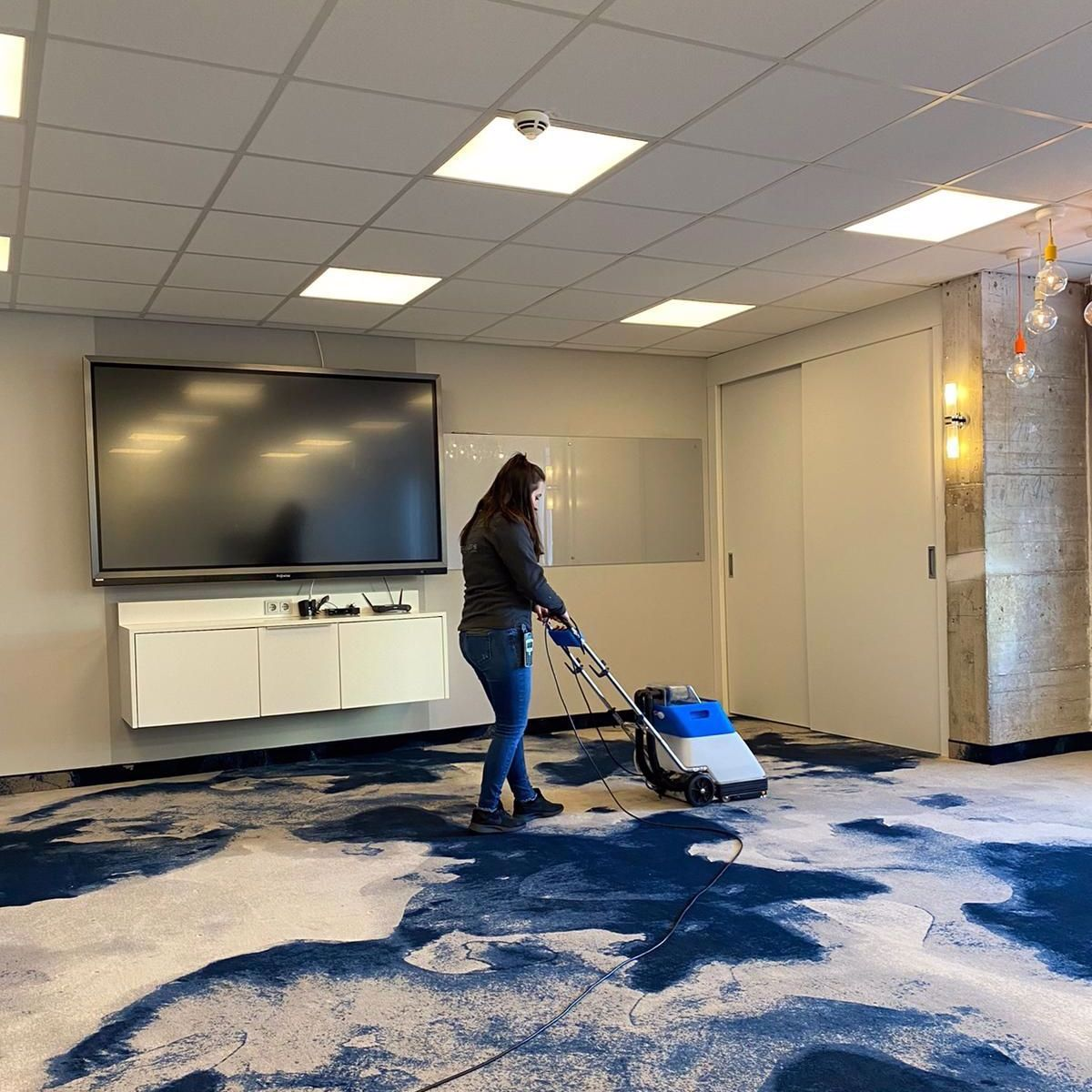 Sina Dallmann (Service-Mitarbeiterin) unterstützt das Housekeeping beim Shampoonieren der Ideenschmiede